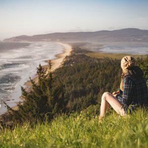 Joven con vistas al mar